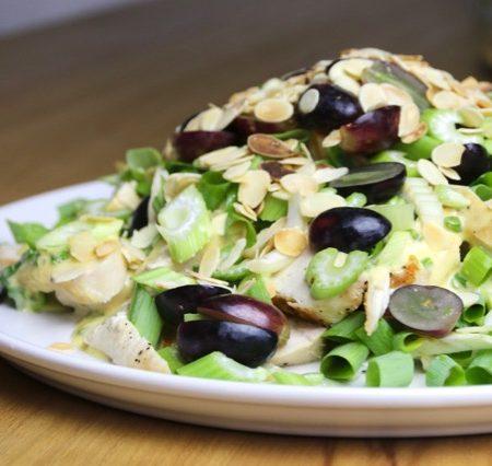 Hühnchen-Salat mit Sellerie und Weintrauben