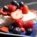 Pavlova mit frischen Beeren